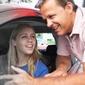 jeune femme et instructeur dans une voiture