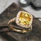 bague avec diamants et pierre précieuse