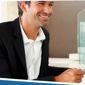 Homme en costume souriant conseiller en assurance