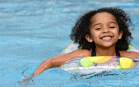 petite fille qui apprend à nager
