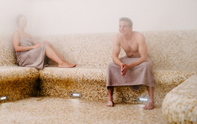 couple se relaxant dans un hammam