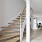escalier moderne en bois clair et peinture blanche