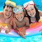 enfants sur un matelas gonflable piscine