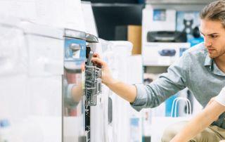 photo d'un homme face à un électroménager