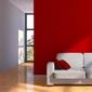 divan dans pièce rénovée mur rouge