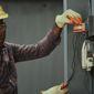 électricien devant câbles électriques