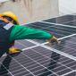 professionnel installant des panneaux solaires