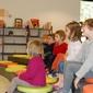 enfants qui écoutent dans une salle colorée
