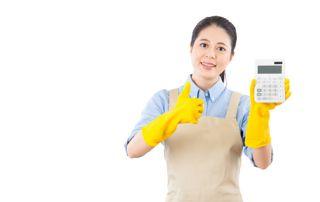 Femme de ménage avec calculatrice