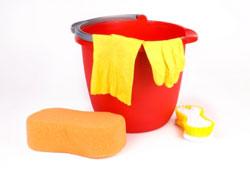 Seau, éponge et gants de nettoyage