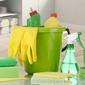 seau et produits de nettoyage