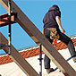 Homme sur chantier de toiture