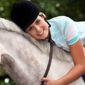 femme souriante sur un cheval