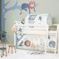Chambre d'enfant avec lit évolutif et stickers muraux