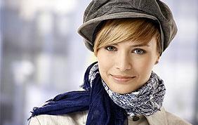 femme avec casquette, écharpe et manteau
