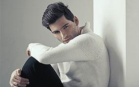 Homme avec pull blanc et pantalon noir