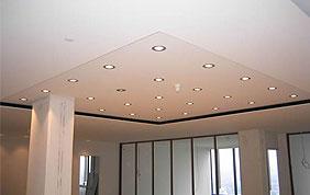 plafond parsemé de spots
