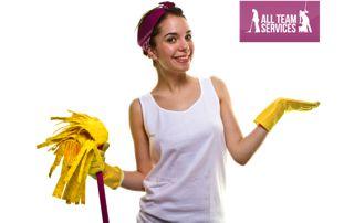 aide ménagère souriante