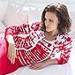 femme allongée avec un ensemble rouge