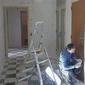 ouvrier et échelle dans un bâtiment