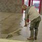 Ouvrier préparation sol chape travaux de carrelage
