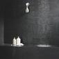 mur gris anthracite dans une salle de bain moderne et design