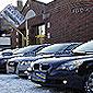 voitures dans parking d'exposition