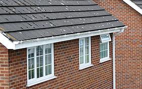 Façade, toit et fenêtres avec châssis blancs