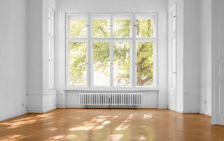 Intérieur avec grande fenêtre et châssis blancs