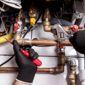 Technicien travaille sur tuyaux du chauffage