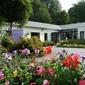 bâtiment avec jardin fleuri