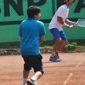 Garçon qui joue eu tennis