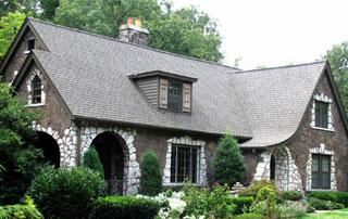 belle villa avec toiture en ardoises