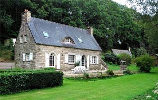 belle maison avec couverture en ardoises