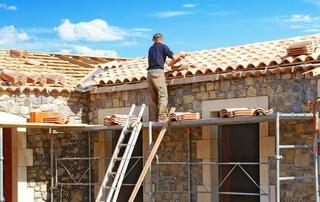 couvreur sur le toit d'un batiment en construction