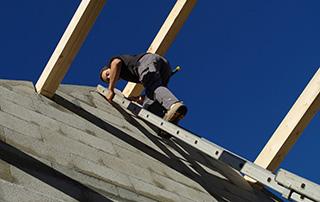 couvreur sur le toit