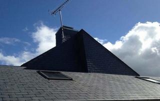 toit ardoises et fenêtres de toit