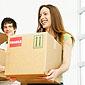 couple transportant des cartons
