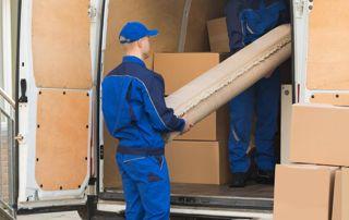chargement camion par déménageurs