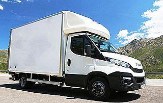 Camion de déménagement blanc