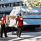 déménageurs chargeant un camion