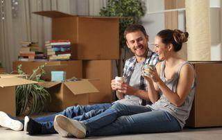 jeune couple faisant une pause pendant un déménagement