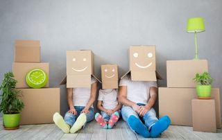 Famille avec des cartons