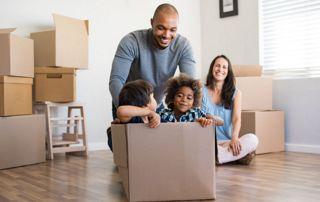 Famille avec cartons de déménagement