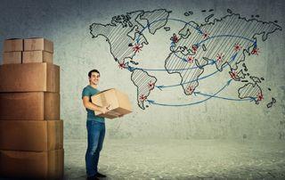 Carte du monde avec un homme et des cartons