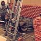 ouvrier maçon construisant un mur de briques
