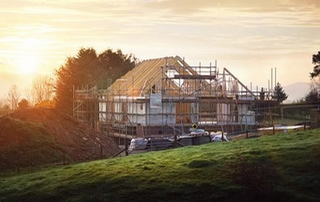 maison en construction sous soleil levant