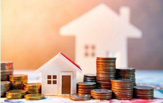 Maquette maison et pièces de monnaie