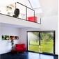 salon contemporain avec mezzanine et porte-fenetre