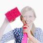 Femem avec éponge et produit de nettoyage